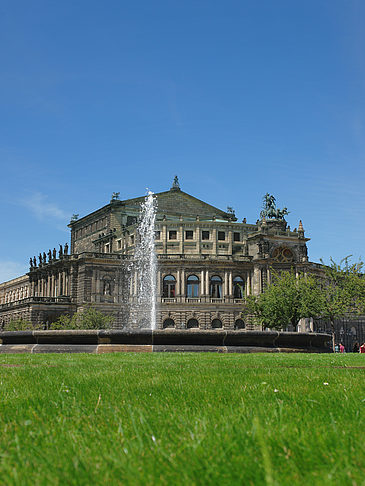 Fotos Semperoper mit Springbrunnen